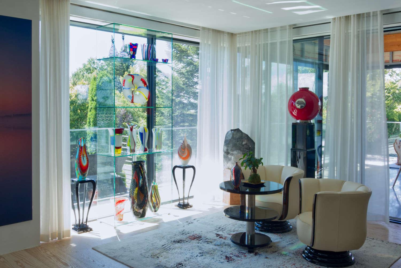 Foto eines fuer einen Kunden aus Bayern massangefertigten Glasregals Cassone mit wunderschoenen Skulpturen aus Muranoglas